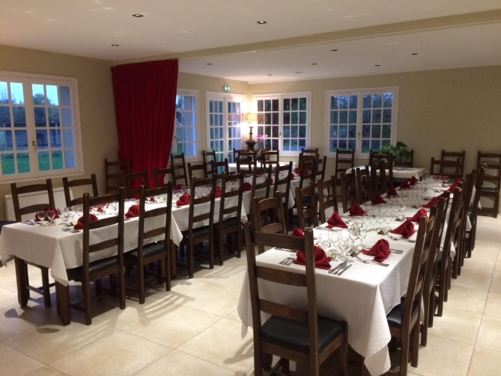 Grande tablée pour repas de famille ou d'entreprise
